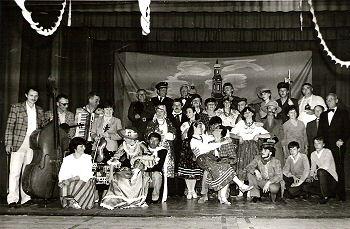 """Amatorski Zespół Teatralny w sztuce """"Królowa Przedmieścia"""" z 1986 r., foto A. Iwański"""